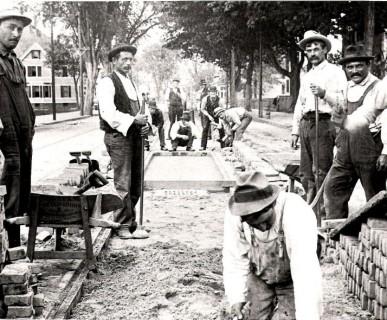Immigrati italiani a lavoro su Maple Street, Springfield, nel 1900. Immagine di Courtesy D.J. D'Amato, su
