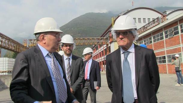 Il presidente di Confindustria Giorgio Squinzi (S) con il presidente della Regione Piemonte Sergio Chiamparino (D), durante la visita allo stabilimento della Vinavil a Villadossola (Verbania), 3 ottobre 2014, ANSA