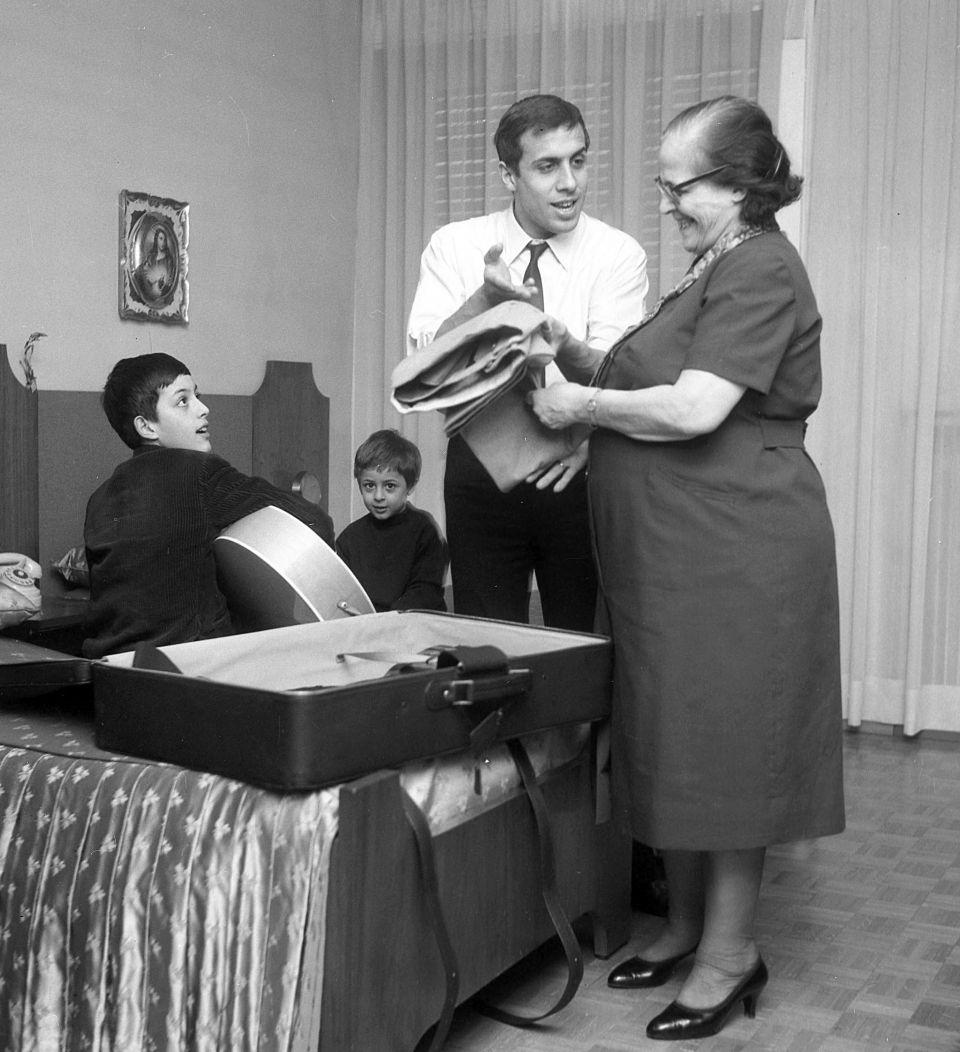 Foto di famiglia: Bruno Perini, con la chitarra, aa nonna Giuditta, madre di Adriano Celentano e Adriano.