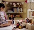 Impersonificazione nel ruolo: una bambina gioca con una Barbie che le somiglia