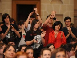 studenti università applaudono