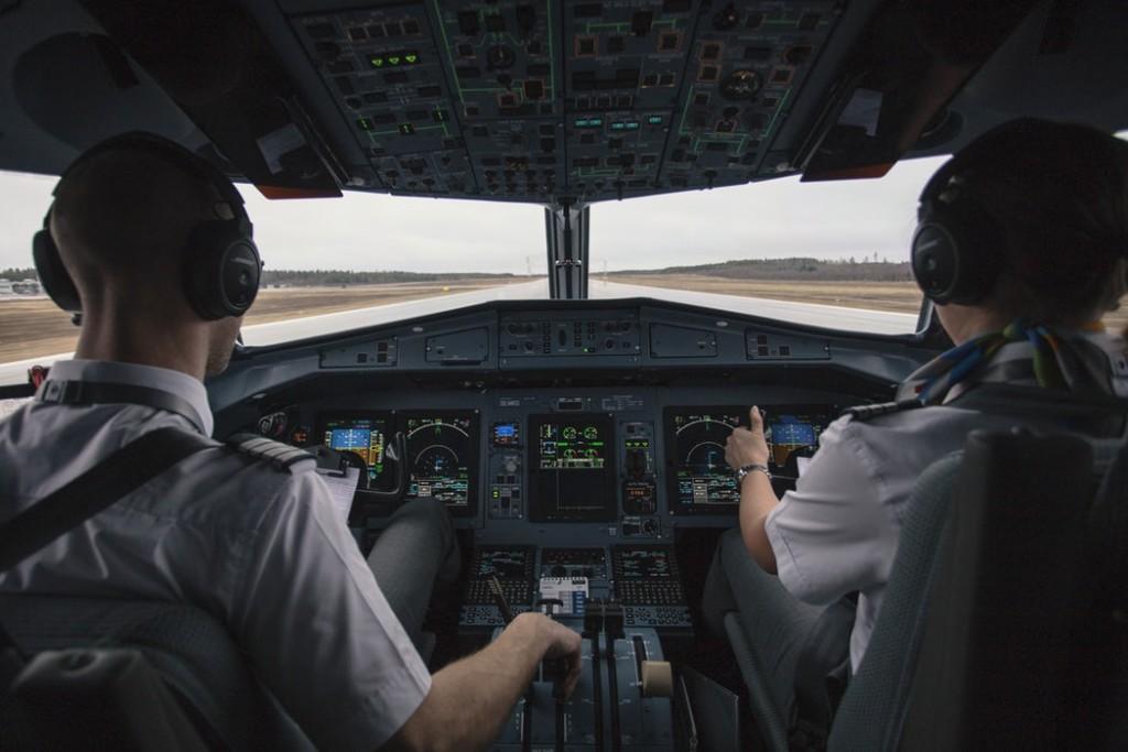 piloti in cabina al decollo