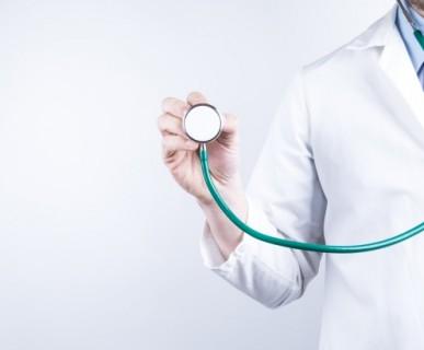 medico ascolta con stetoscopio