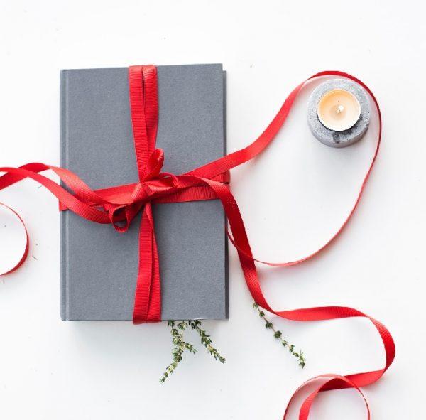 agenda di carta con nastro regalo