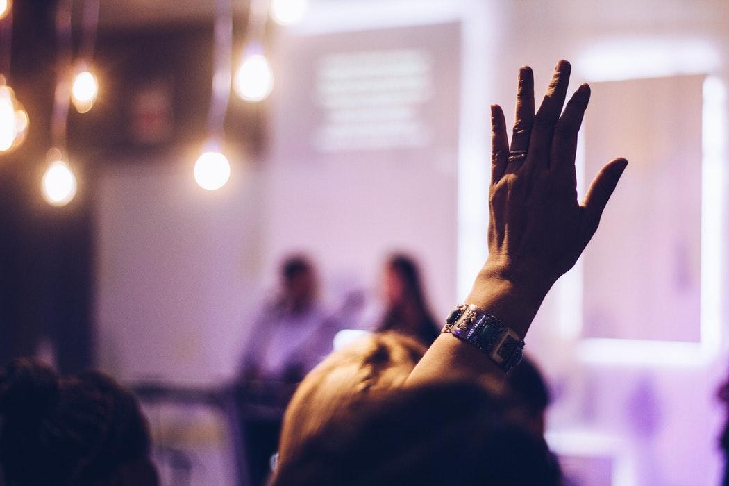 acquisizione di competenze: mano alzata durante un corso di formazione