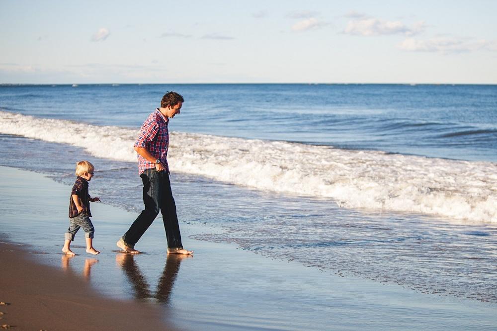mindfulness in famiglia: padre e figlio sulla spiaggia