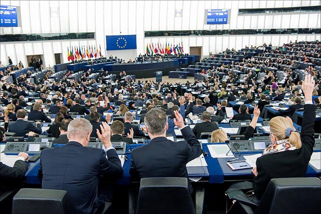 parlamentari europei con mano alzata: non di solo Pil vive l'uomo