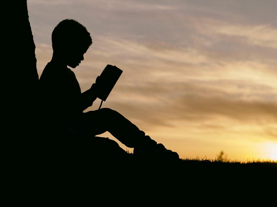 bambino legge primo libro