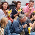 Effetto delle catene di street food: persone mangiano cibi identici