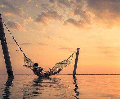freelance su un'amaca al tramonto