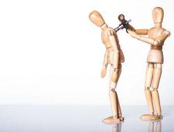 Due manichini si ricaricano, segno di rispetto reciproco