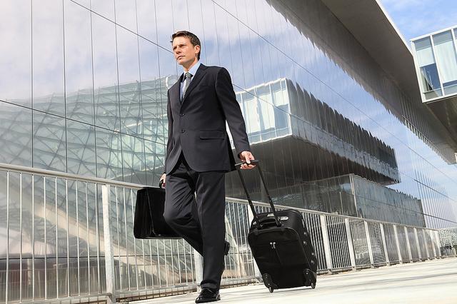 Manager con valigia, come molti manager italiani