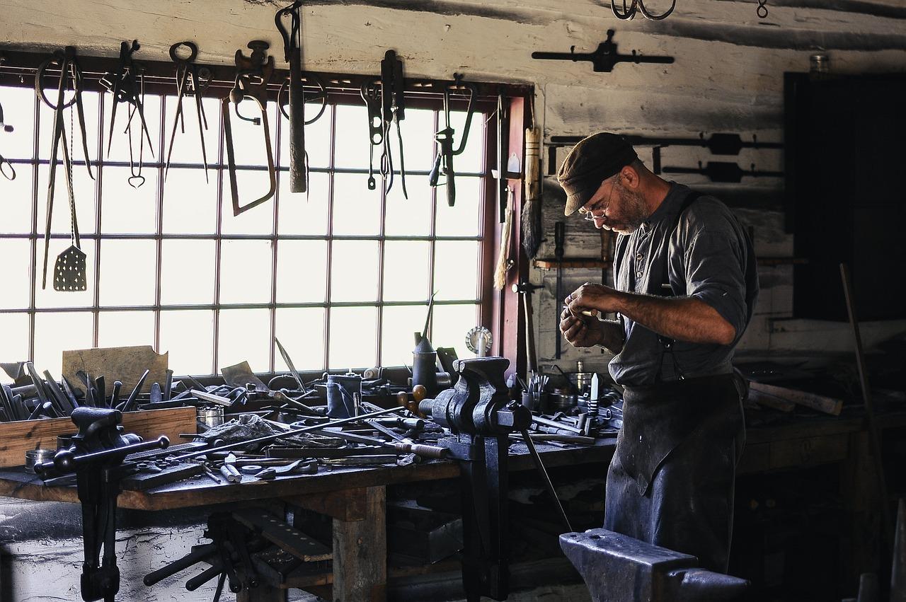 Un artigiano nel suo laboratorio