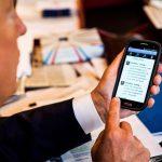 Trump mentre twitta: pubbliche relazioni, lo stai facendo male