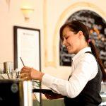 Una cameriera, uno dei lavori stagionali più diffusi