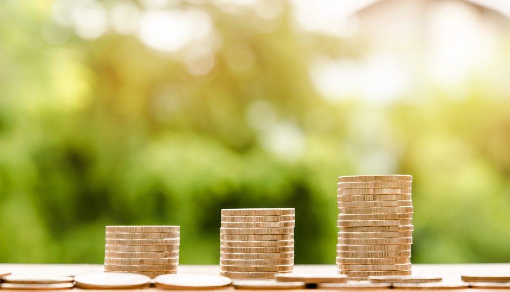La differenza retributiva in Italia rappresentata da tre pile di monete