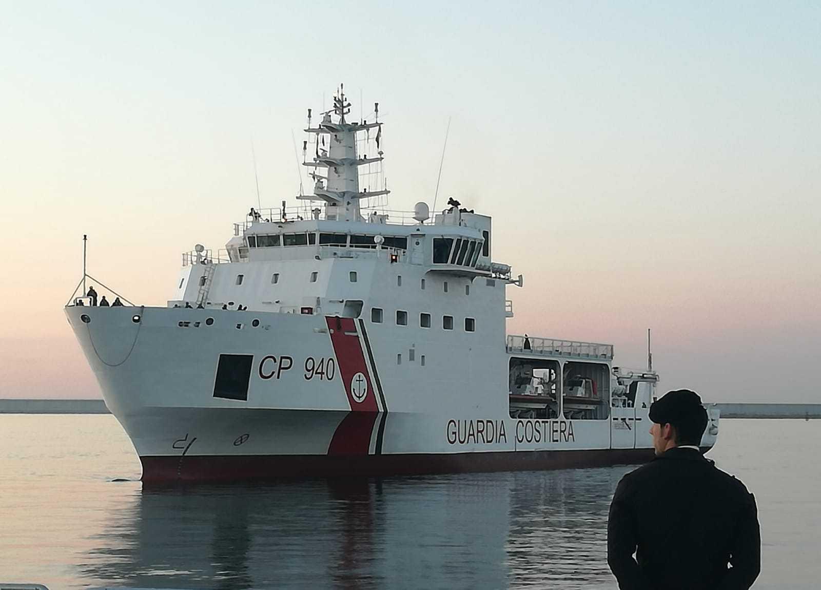 Una nave della Guardia Costiera che trasporta migranti