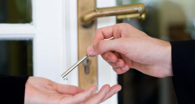 Scambio di chiavi di casa, tipico del fenomeno delle locazioni brevi
