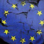 Bandiera dell'europa crepata, simbolo di uscita dall'Euro