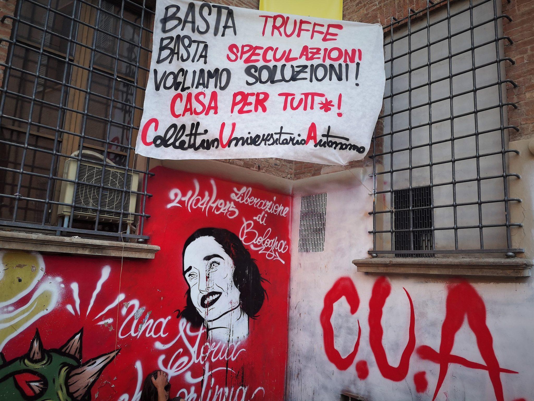 Uno striscione del Collettivo Universitario Autonomo sulle residenze universitarie, cruccio degli studenti fuori sede