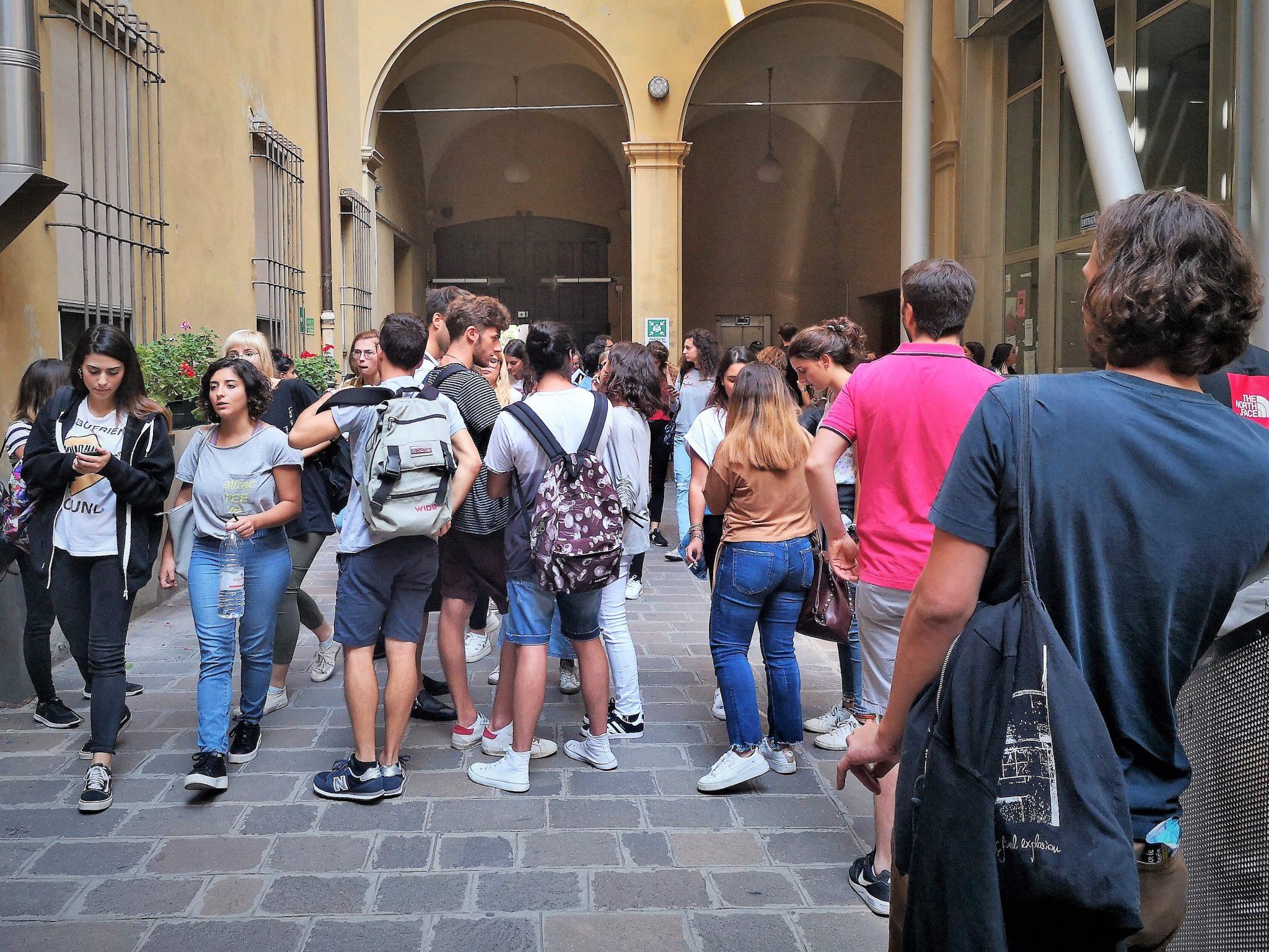 Studenti universitari in attesa di entrare in aula.