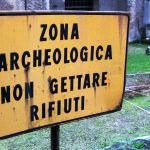 """Cartello con scritto """"zona archeologica - non gettare rifiuti"""", emblematico dello stato della cultura in Italia."""