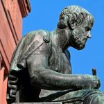 Una statua di Aristotele, emblema della filosofia e delle competenze umanistiche.