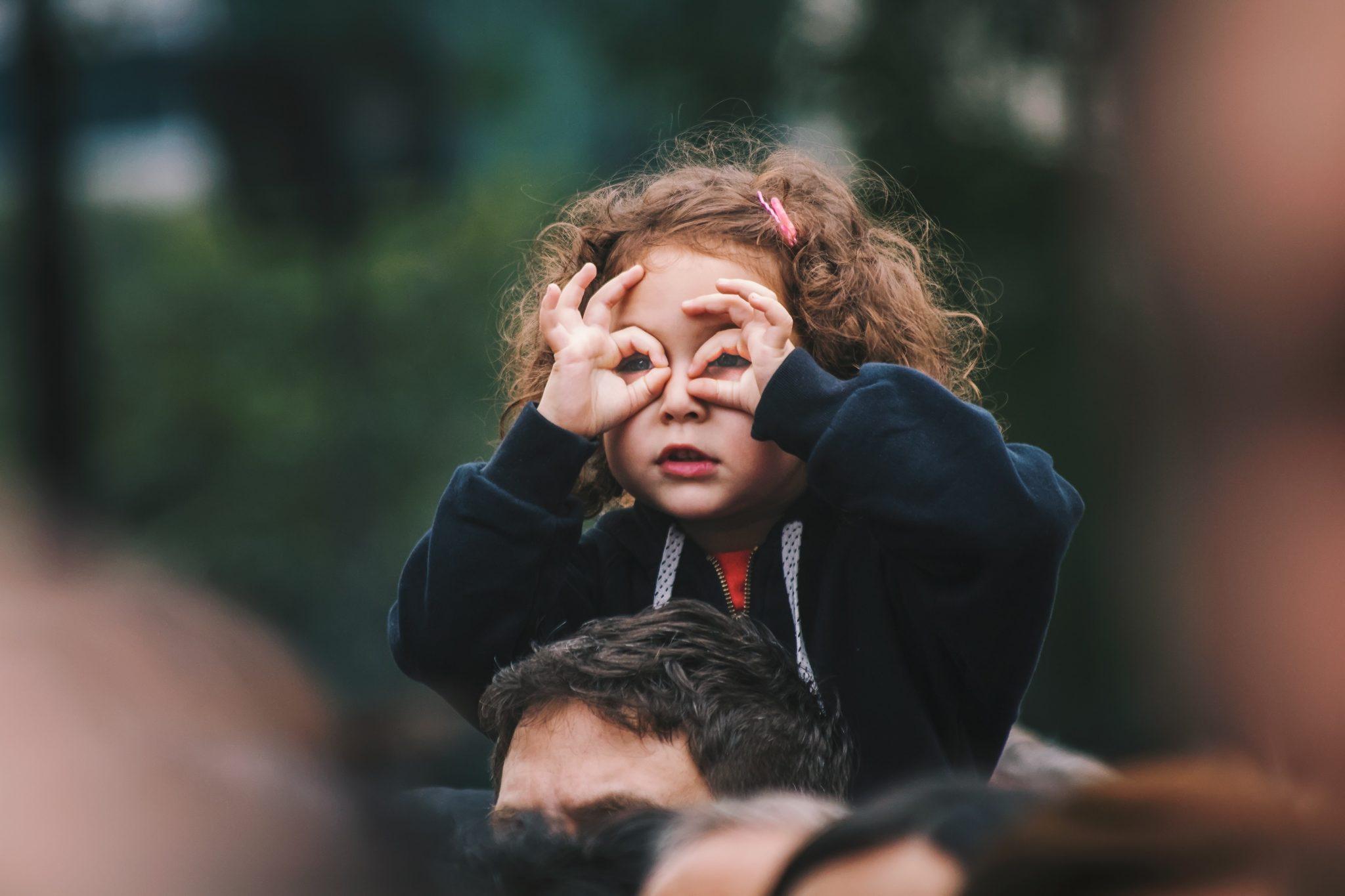 Bambina sulle spalle del padre che guarda al futuro, metafora del placement dei giovani