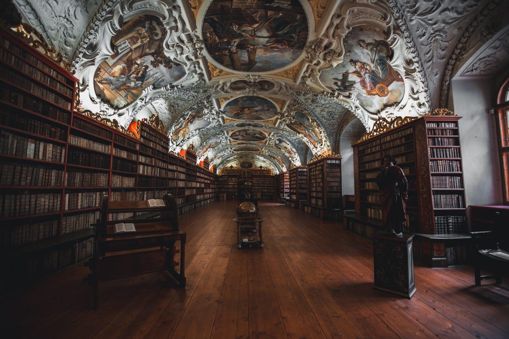 Una biblioteca, dove si svolge gran parte della ricerca universitaria
