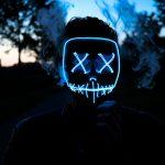 Un viso contornato da neon azzurri, metafora della digital transformation