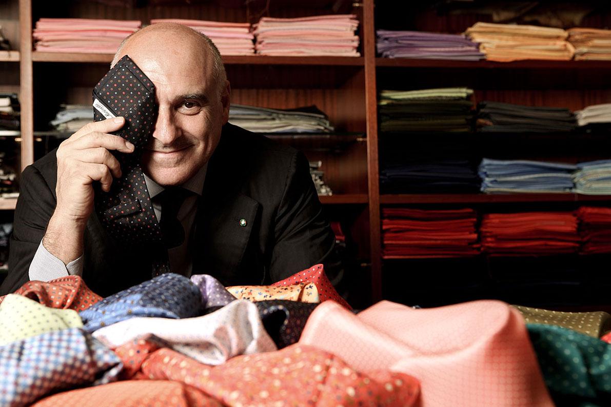Maurizio Marinella in posa con una cravatta.