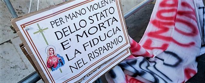 Un cartello di protesta contro lo scorsoio delle banche sul collo dei risparmiatori veneti.