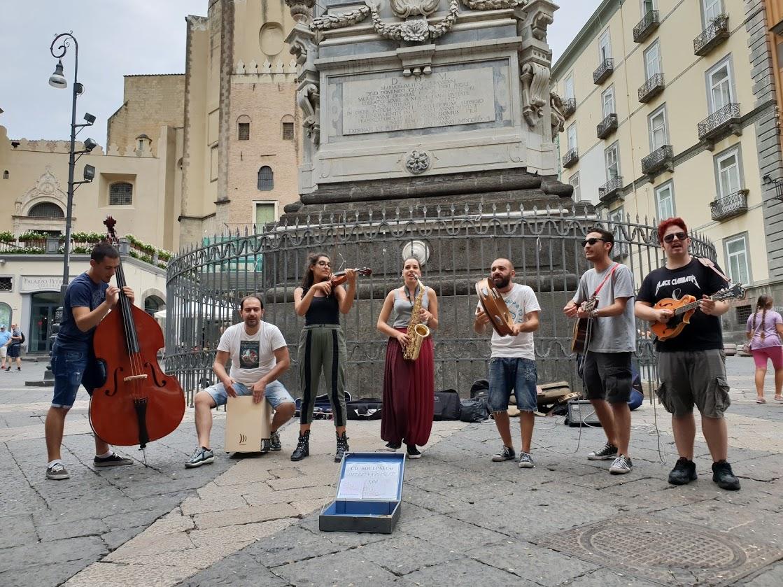 Il talento di un gruppo di musicisti a Napoli.