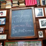 Consigli di lettura su una lavagnetta nella libreria Dante & Descartes.