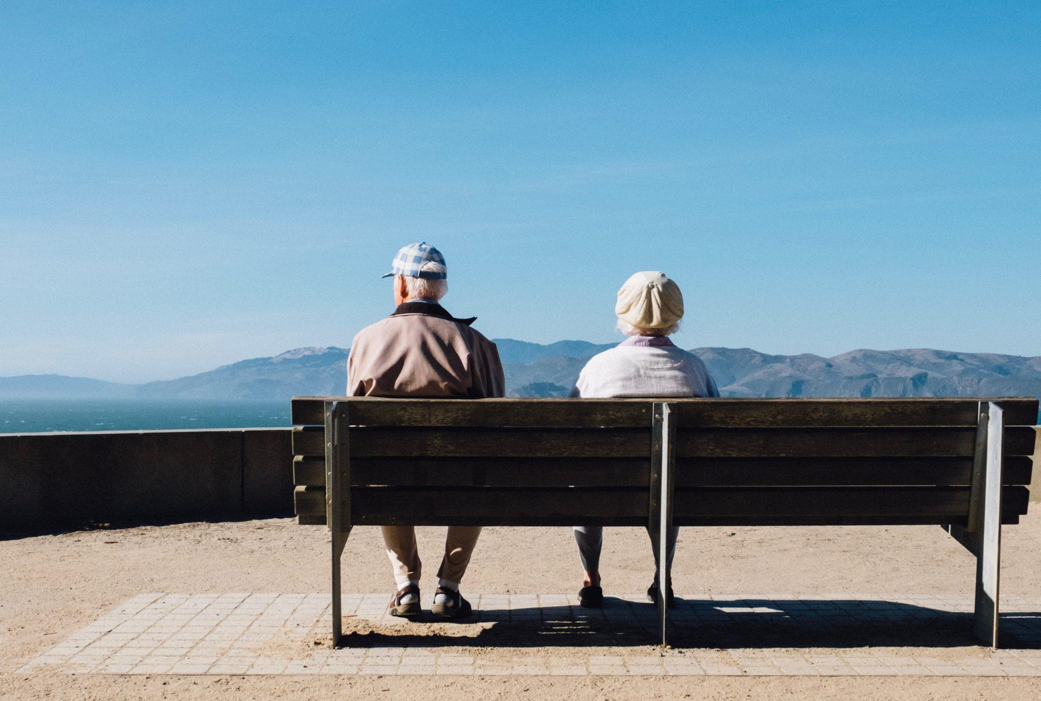 Due anziani su una panchina, esempio di persone vulnerabili