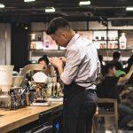 Un barman al lavoro: il suo stipendio è nella media al ribasso dell'Italia