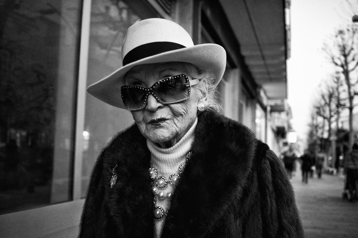 Una donna anziana: nelle Marche la longevità della popolazione è particolarmente accentuata.