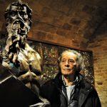Sergio Tapia Radic con una sua scultura.