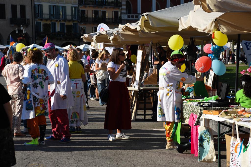 Bancarelle in una piazza di Padova, città candidata a diventare Capitale del Volontariato nel 2020.