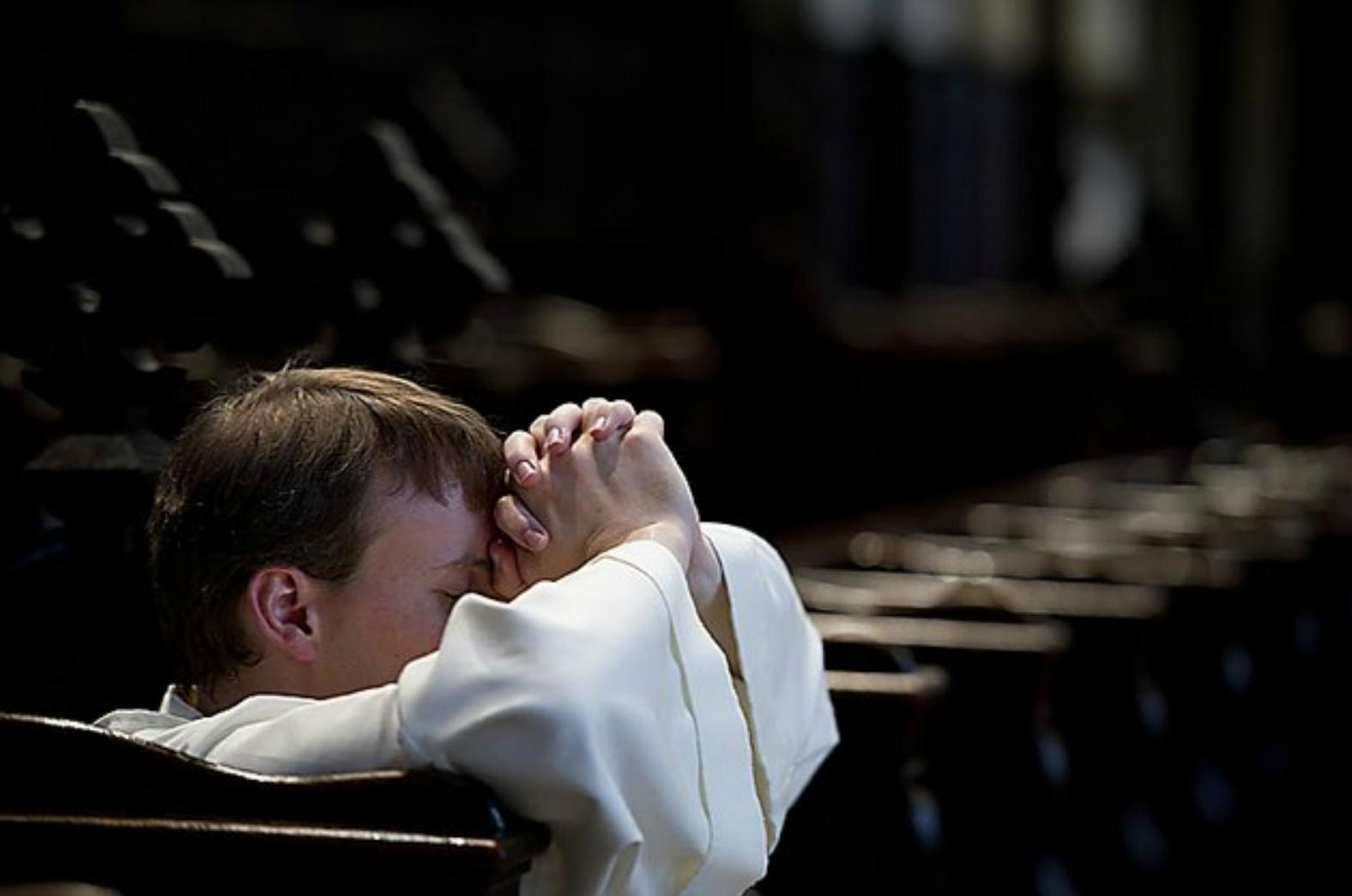 Un bambino in preghiera, uno degli elementi all'origine storica del modello marchigiano.