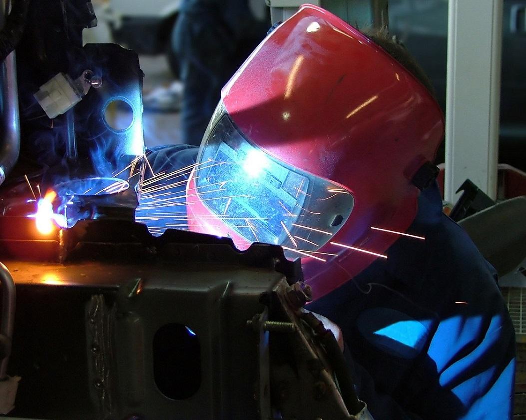 Foto di un operaio in fabbrica a Fabriano.