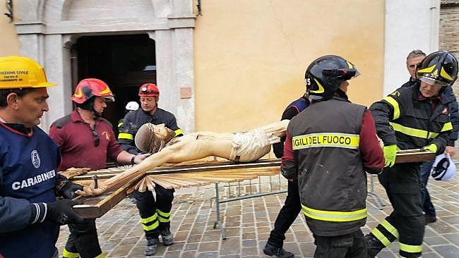 Il salvataggio di un crocifisso dopo il terremoto del 2016.