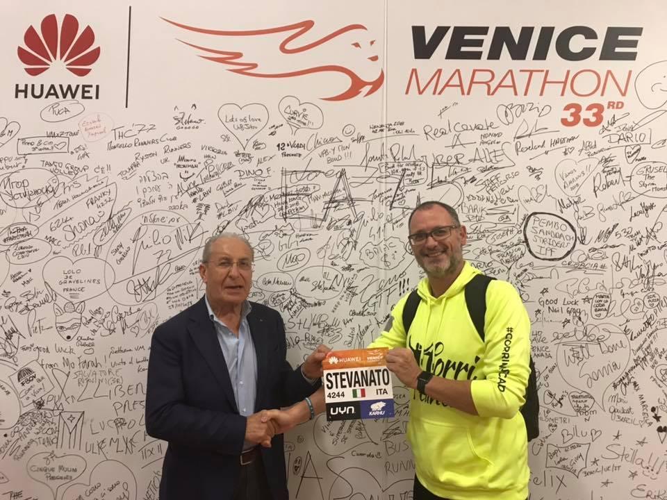Fabrizio Stevanato, sopravvissuto al cancro al pancreas, alla premiazione della Maratona di Venezia.