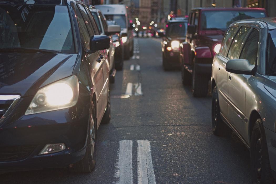 Automobili e mezzi dei trasporti pubblici bloccati nel traffico.