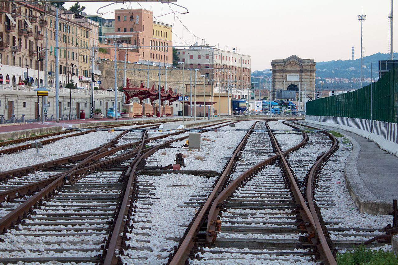 Binari arrugginiti nella stazione di Ancona: i trasporti nelle Marche hanno bisogno di rinnovamento.