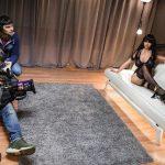 Una delle bambole prostitute, fotografata su un divano.