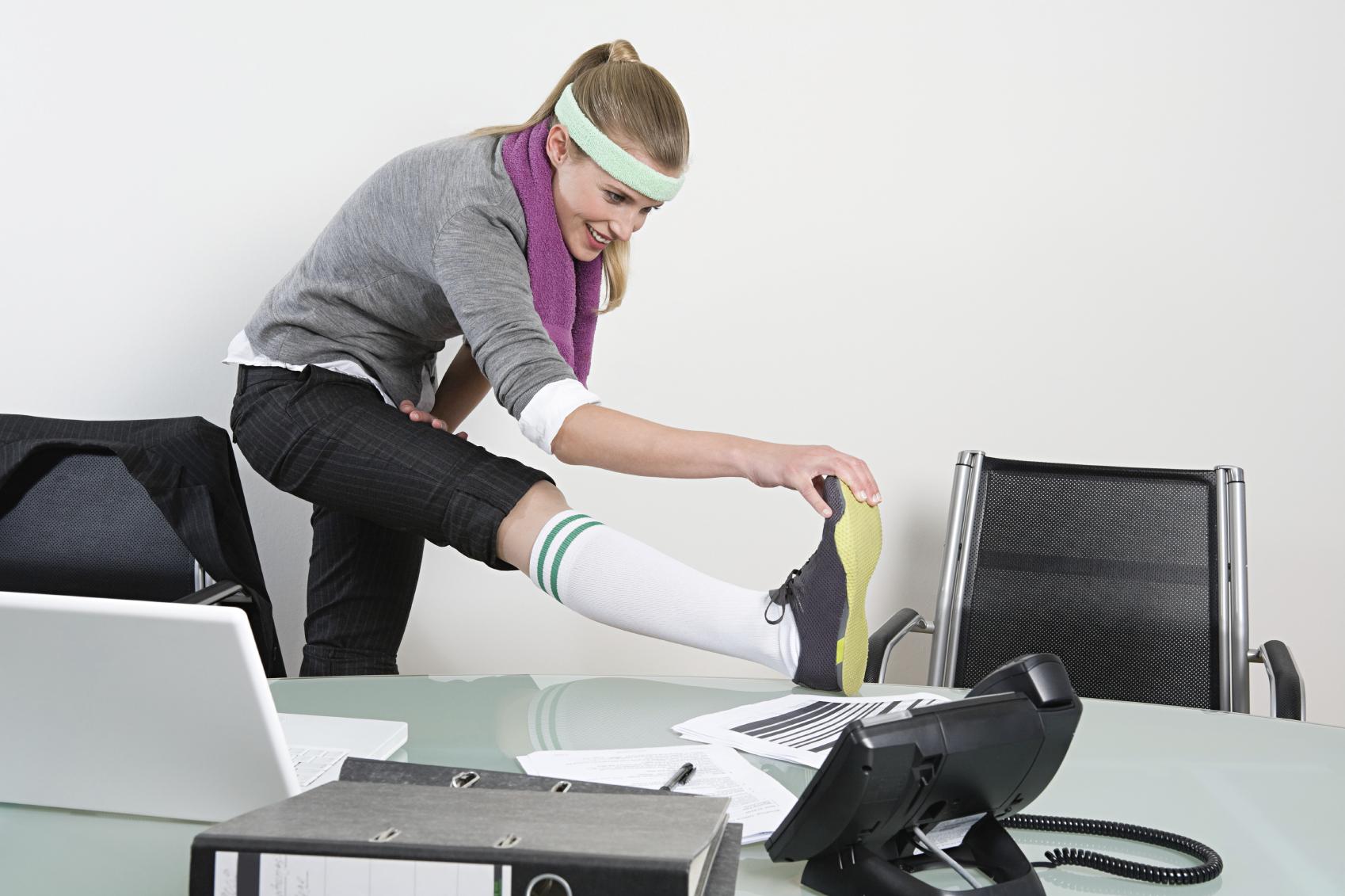 Un'impiegata che fa palestra in orario di ufficio, esempio classico di welfare aziendale.