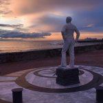 Una statua sul porto di Livorno, la città dell'associazione Microcrediamoci