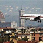 Un aereo sorvola Firenze, destinato all'aeroporto di Peretola.