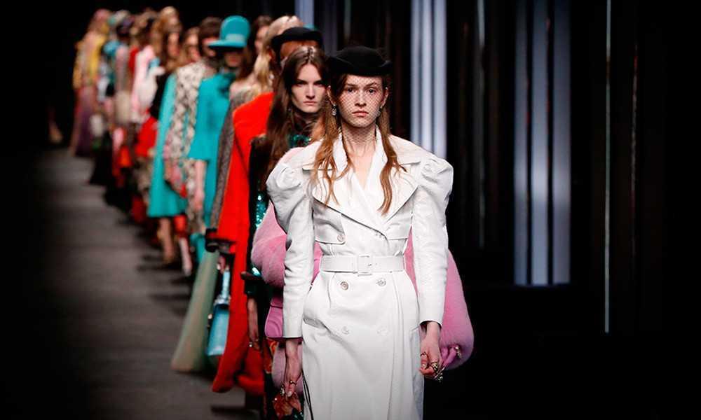 una sfilata di alta moda femminile
